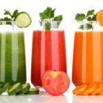 Több zöldség és gyümölcs az asztalon